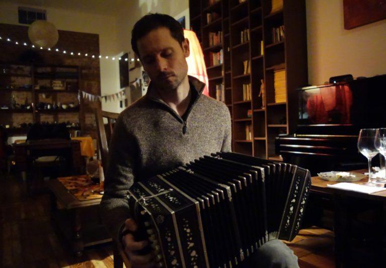 Hugo jouant du bandoneon - Edited